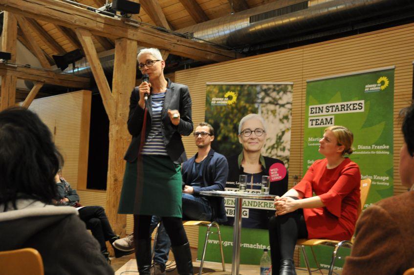 Martina Neubauer, Landratskandidatin Starnberg, Sebastian Grünwald, Katharina Schulze auf einer Podiumsdiskussion in Wessling