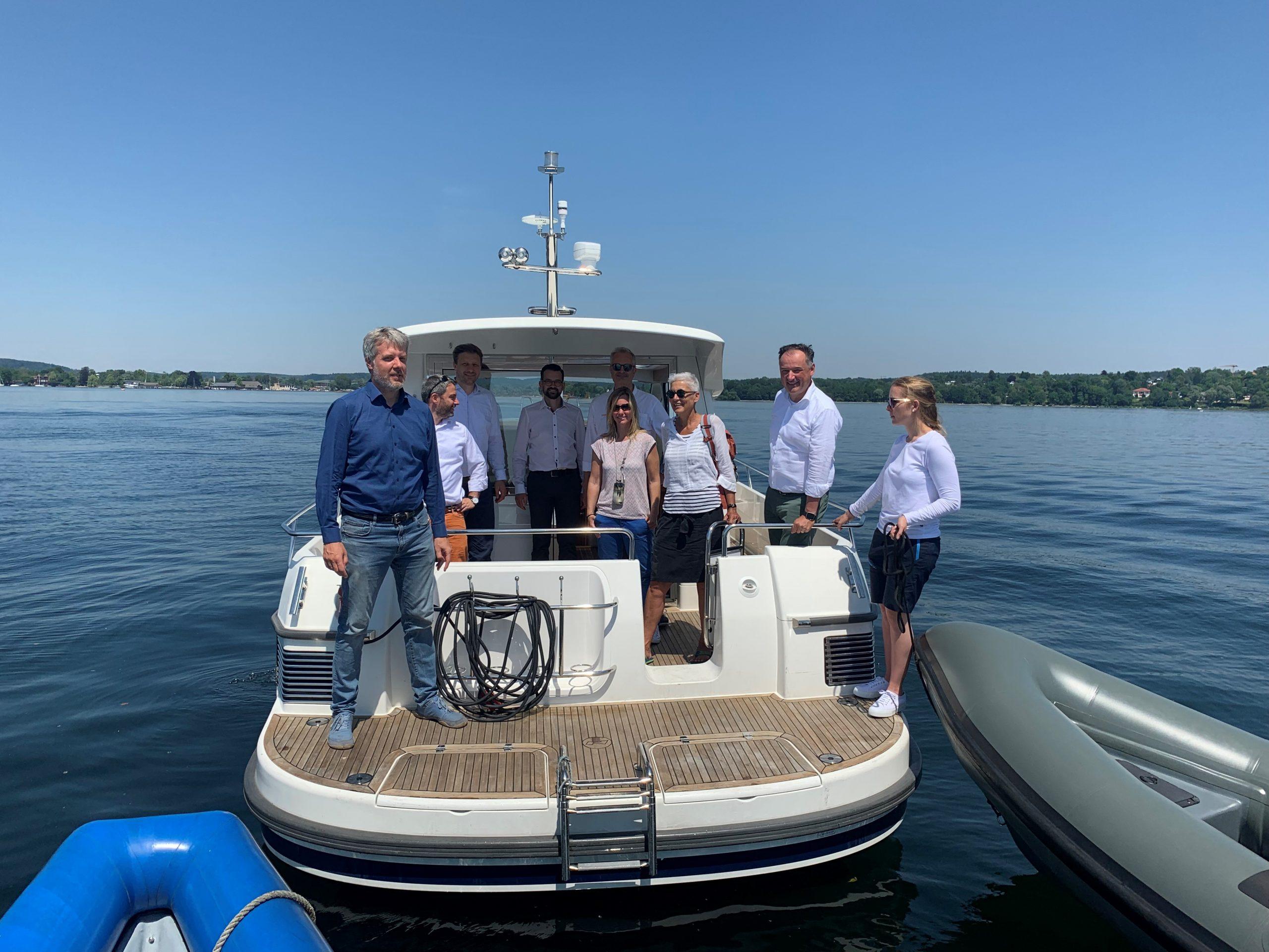 E-Boot mit 7 Personen an Bord